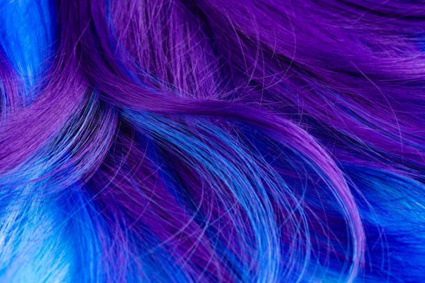 nahaufnahme der bunten haare in lila und türkis blauen farben - haarfarbe ohne ammoniak stock-fotos und bilder