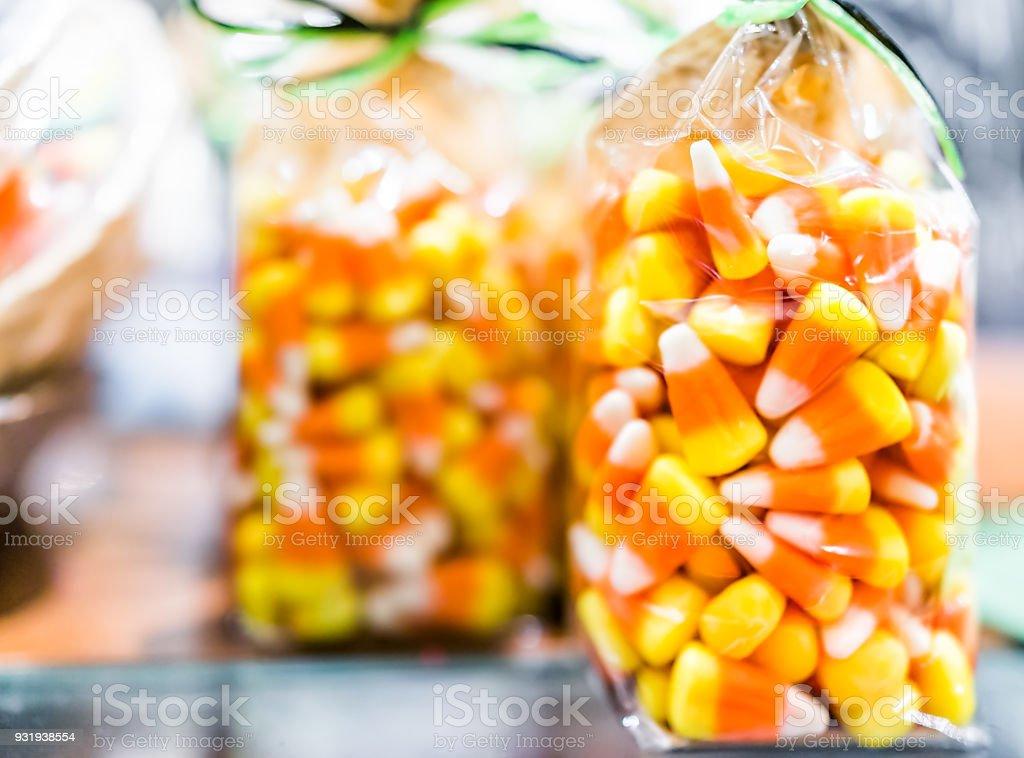 Closeup de milho doce colorido de amarelo laranja em exposição, embalado em saco de plástico numa loja de loja de doces para Halloween feriado doce ou travessura - foto de acervo