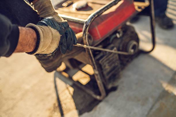 Gros plan de construction travailleur à partir de puissance générateur. - Photo