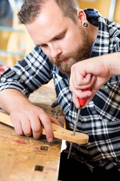 nahaufnahme der handwerker dateien holz ausschnitt in gitarren-workshop - baroque tattoo stock-fotos und bilder