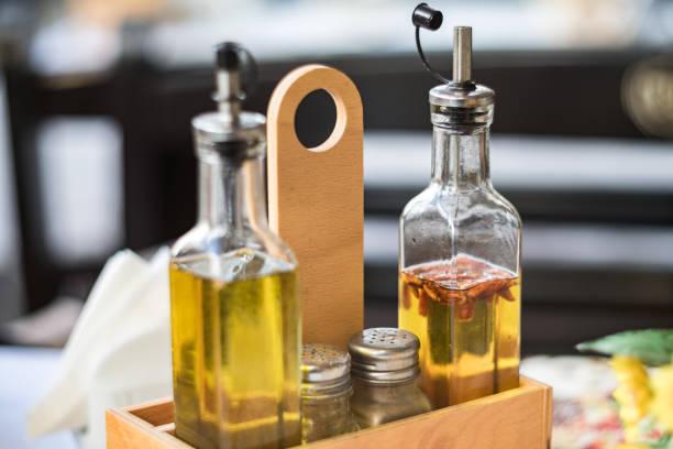 Primer plano de conjunto vinagreras en restaurante italiano - foto de stock