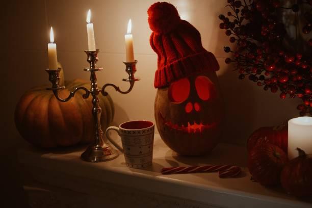 Primer plano de Cupcakes y calabaza en la mesa durante la celebración de Halloween. Barra de dulces de Halloween. Jack o linterna. Un adorno decoración el día de Halloween. - foto de stock