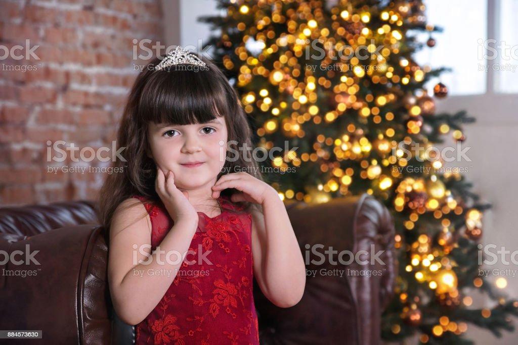 23f65e72309 Gros plan de la mignonne petite fille en robe rouge à la recherche à huis  clos