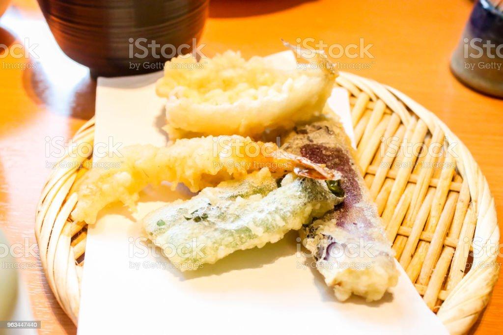 Lezzetli karides ve sebze tempura ahşap sepet içinde closeup - Royalty-free Ahşap Stok görsel
