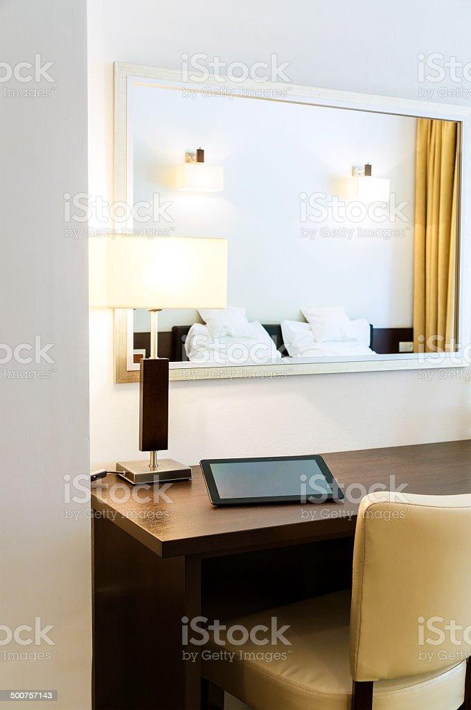 Latest primo piano della scrivania digital tablet letto riflettono in specchio camera da with - Tastiera del letto ...