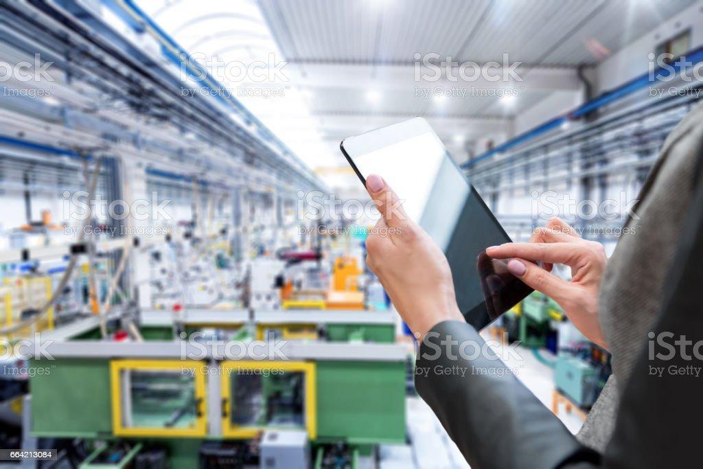 Close-up de tablet digital & fábrica futurista - foto de acervo