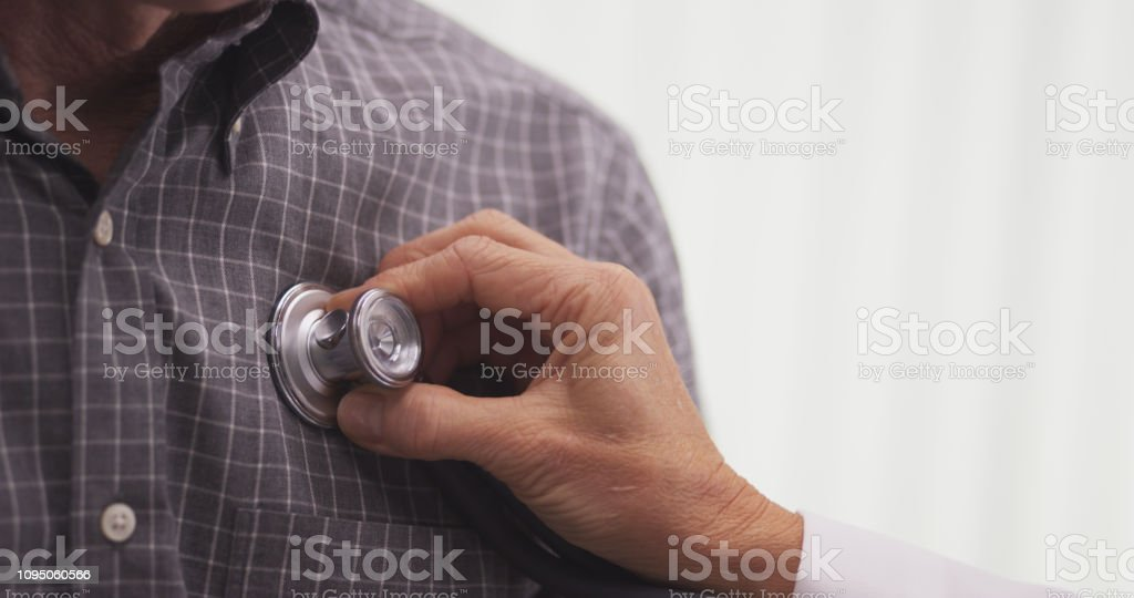 Close-up of doctor checking patient's vitals - Стоковые фото Больница роялти-фри