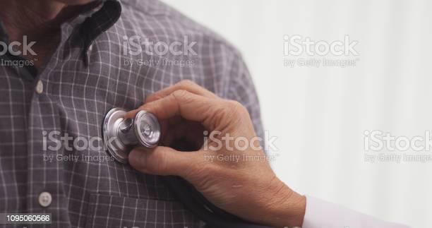 Closeup Of Doctor Checking Patients Vitals — стоковые фотографии и другие картинки Больница