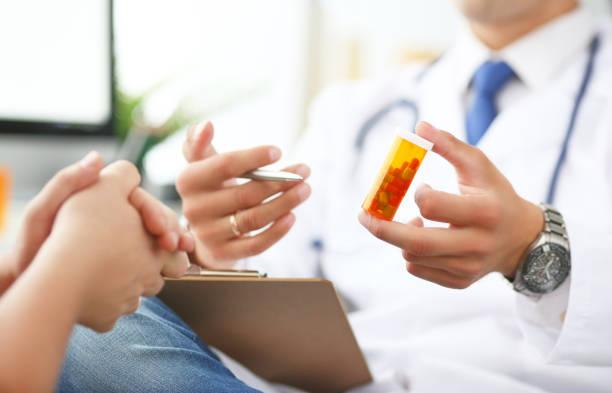 Nahaufnahme der Arzthand hält Medizin und geben Sie es seinem Patienten. – Foto