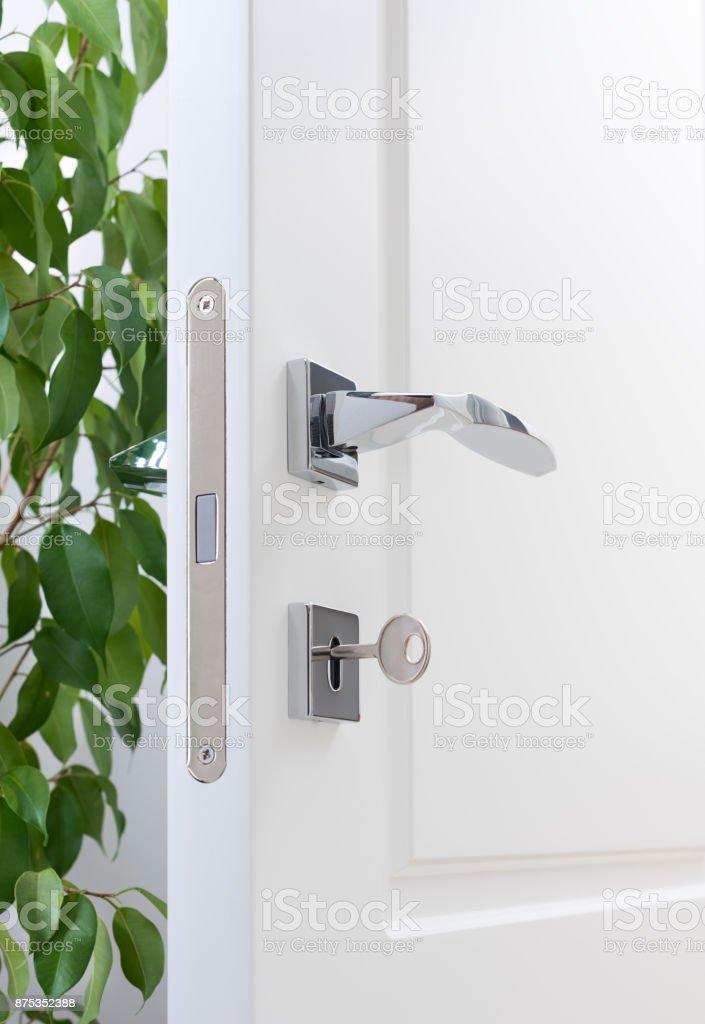 Fotografía de Closeup De Guarniciones De La Puerta Una Puerta Blanca ...