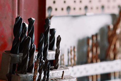 Nahaufnahme Der Bohrer Set In Einer Halterung Am Workshop Reihe Von Übungen An Einer Wand Hängen Stockfoto und mehr Bilder von Ausrüstung und Geräte