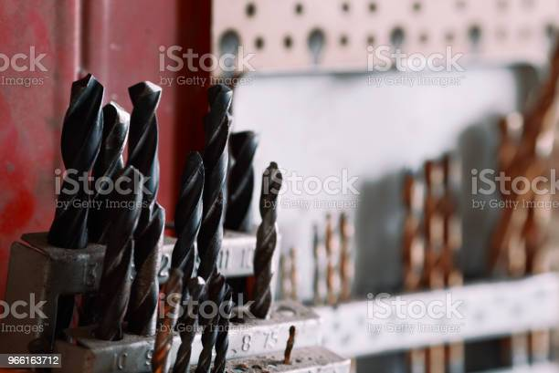 Närbild Av Borr I En Hållare På Verkstad Set Av Borrar Hängande På En Vägg-foton och fler bilder på Akademikeryrke