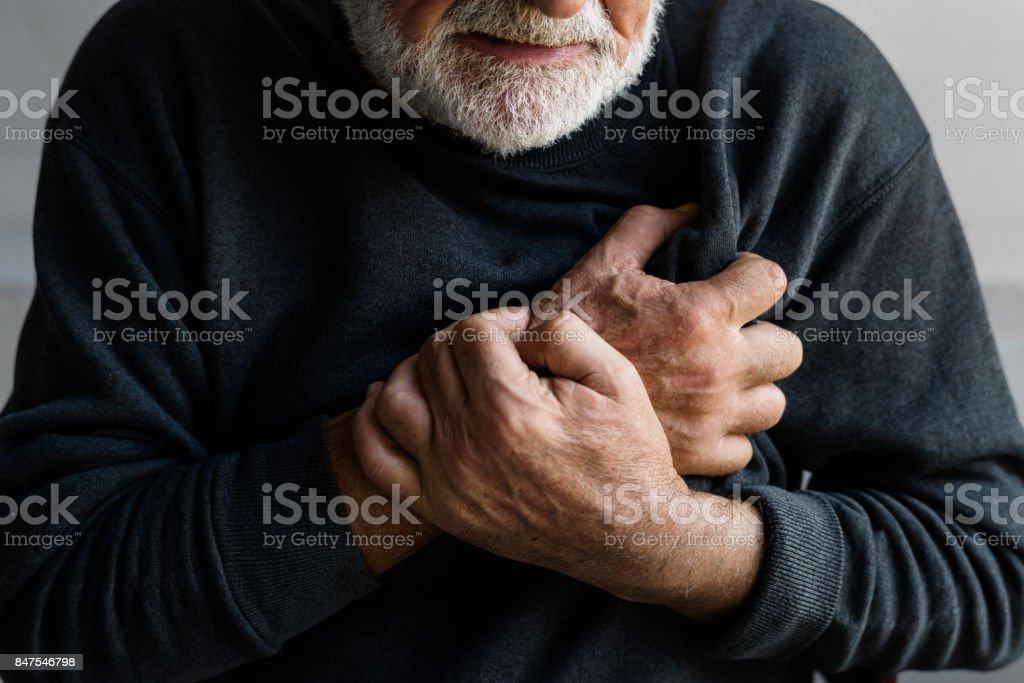 Gros plan d'un homme âgé ayant des douleurs thoraciques de crise cardiaque - Photo