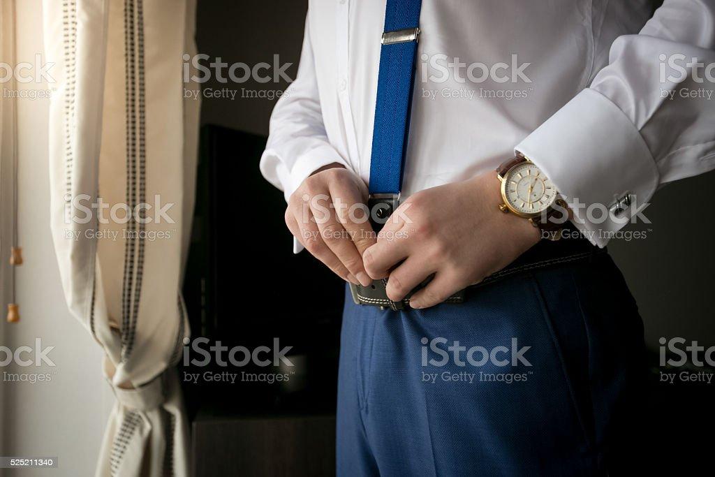 Gros plan de l'homme élégant avec bretelles - Photo