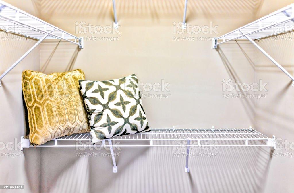Nahaufnahme von leeren Spaziergang im Schrank mit Kissen in modernen minimalistischen Zimmer mit hellem Licht in der Inszenierung Modellhaus oder eine Wohnung zu Fuß – Foto