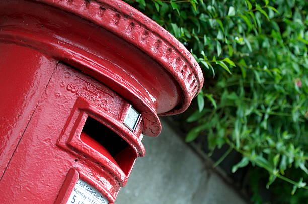 inglés rojo de la caja - postal worker fotografías e imágenes de stock