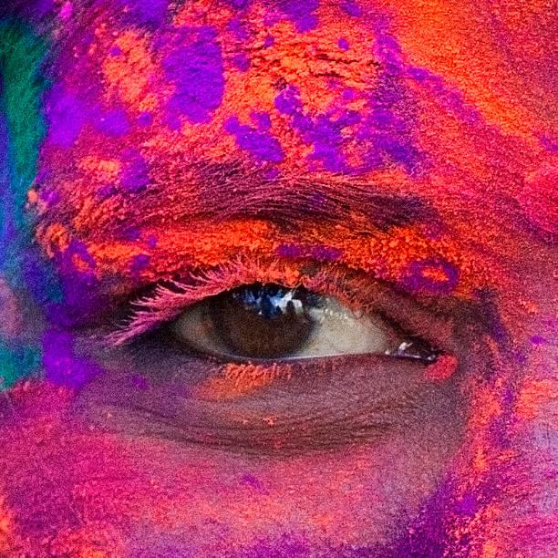 nahaufnahme der augen mit holi festival - indische gesichtsfarben stock-fotos und bilder