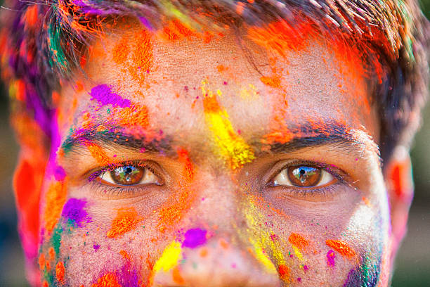 close-up der augen holi festival - indische gesichtsfarben stock-fotos und bilder