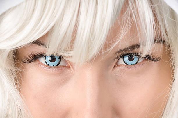 nahaufnahme des gesichts in blau kontakte und weiß perücke - indianer make up stock-fotos und bilder