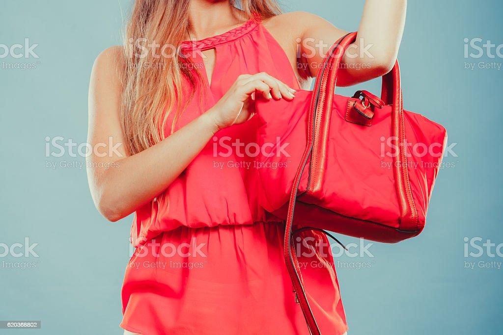 Zbliżenie moda kobieta z czerwona torebka. zbiór zdjęć royalty-free