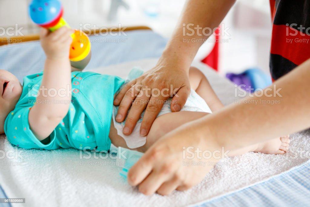 Nahaufnahme des Vaters ändern Windel seiner neugeborenen Tochter. – Foto