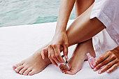 女性のクローズアップの足と手