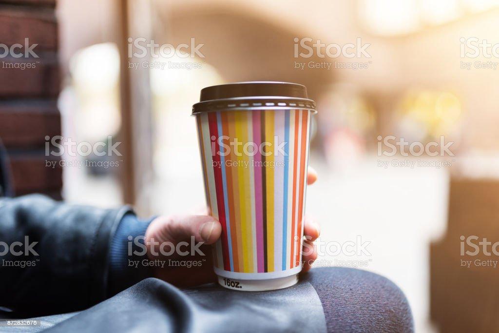 Nahaufnahme von weiblicher Hand hält einen Pappbecher Kaffee – Foto