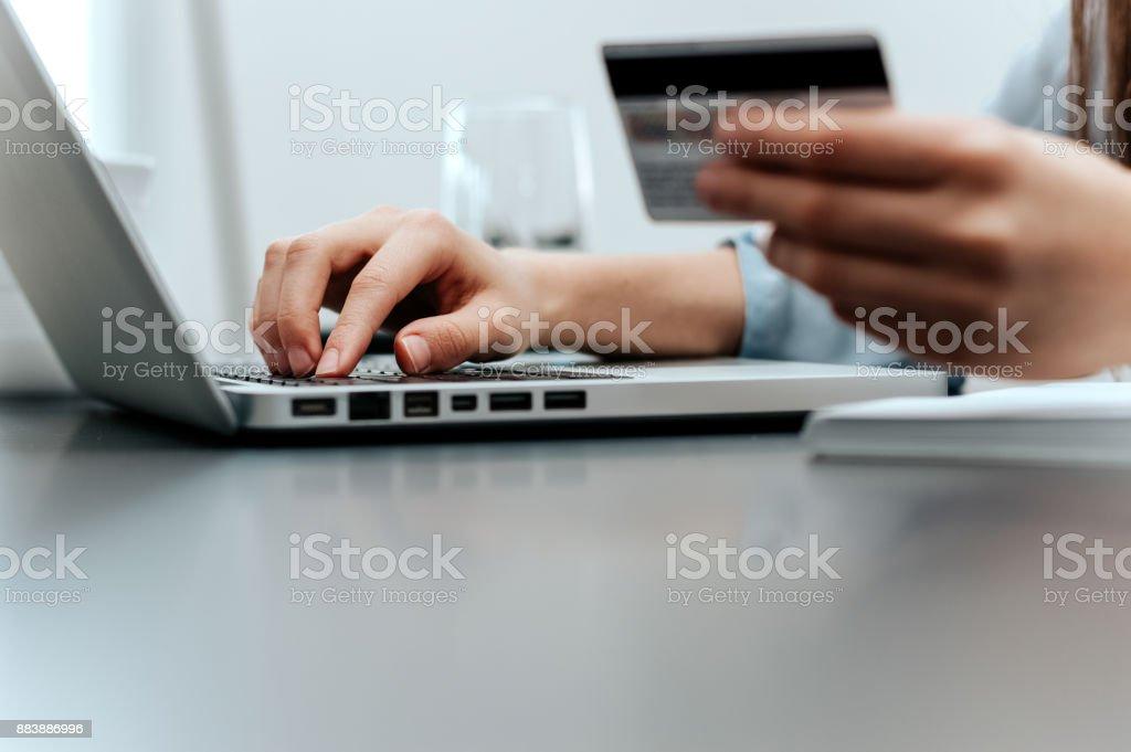 Nahaufnahme der weiblichen Hand mit Kreditkarte Internet Kauf. – Foto