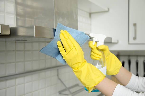 closeup of female hands in gloves cleaning the extractor hood - capuz - fotografias e filmes do acervo