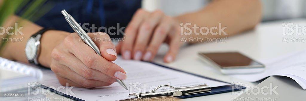 Primer plano de mujer las manos de trabajo en oficina - foto de stock
