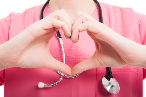 Close-up of female nurse showing heart shape – Foto