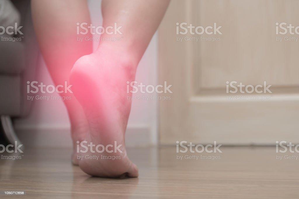 女性の右足のかかとの痛みと赤いスポット足底筋膜炎のクローズ アップ ...