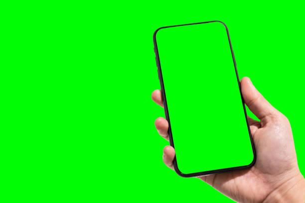 close-up van vrouwelijk gebruik hand holding smartphone vage beeldenaanraking van groene schermachtergrond. - green screen stockfoto's en -beelden