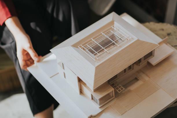 nahaufnahme des endgültigen designs des grünen modellhauses zur präsentation beim kunden im café - hausmodell stock-fotos und bilder