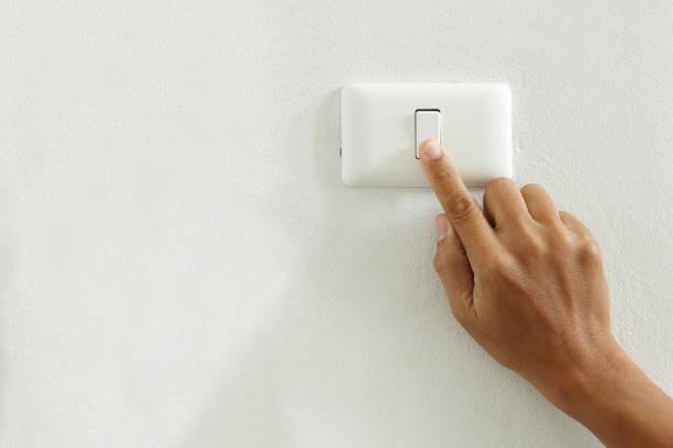 gros plan du doigt toucher au commutateur électrique hors tension avec espace copie - commutateur photos et images de collection