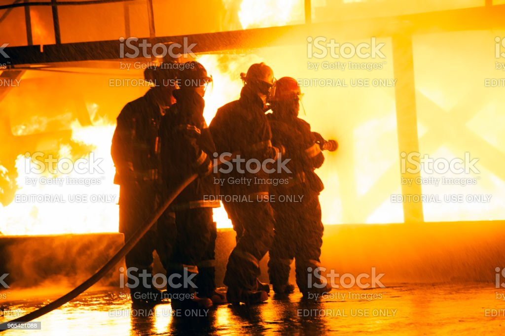 소방 관 소방 훈련 중 화재 싸움의 - 로열티 프리 구조 스톡 사진