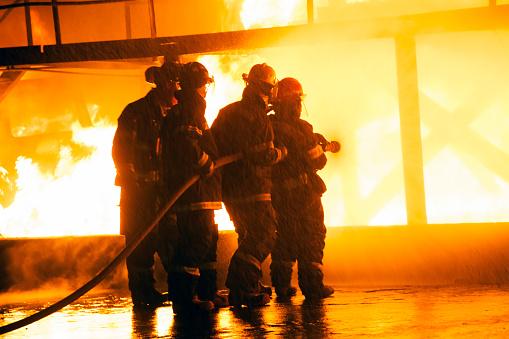 소방 관 소방 훈련 중 화재 싸움의 구조에 대한 스톡 사진 및 기타 이미지