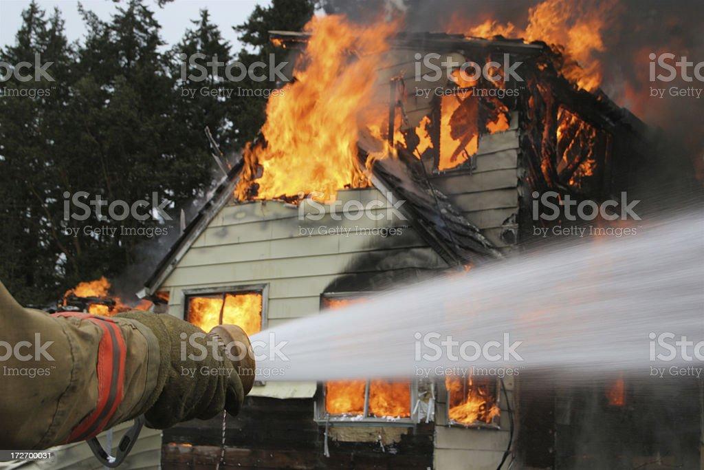 Nahaufnahme von Feuerwehrjacken inspirierte Hose im Haus Feuer schießen Wasser – Foto