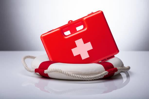 nahaufnahme von erste-hilfe-kit und rettungsring - wasser sicherheitsausrüstung stock-fotos und bilder