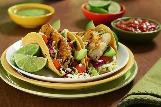 tacos de poisson - tacos photos et images de collection