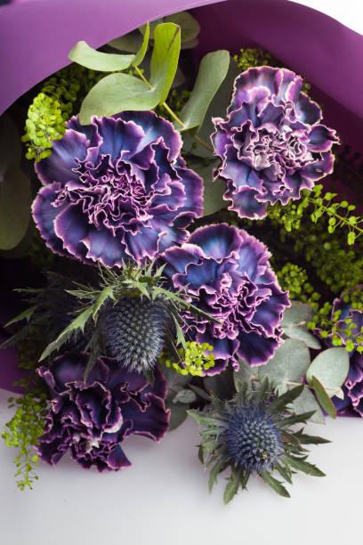 Nahaufnahme von floralen Zusammensetzung, Bouquet von Nelken Blumen, Distel und Eukalyptus Blätter. – Foto