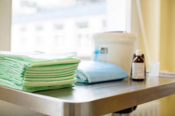 nahaufnahme der falzbogen auf tisch im krankenhaus - stoffe berlin stock-fotos und bilder