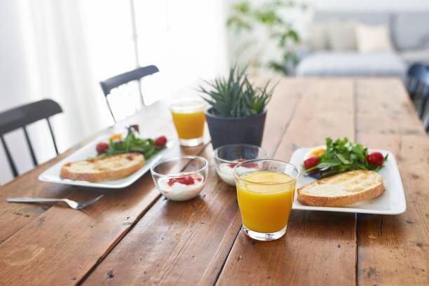 Nahaufnahme des frischen Frühstücks auf Holztisch – Foto
