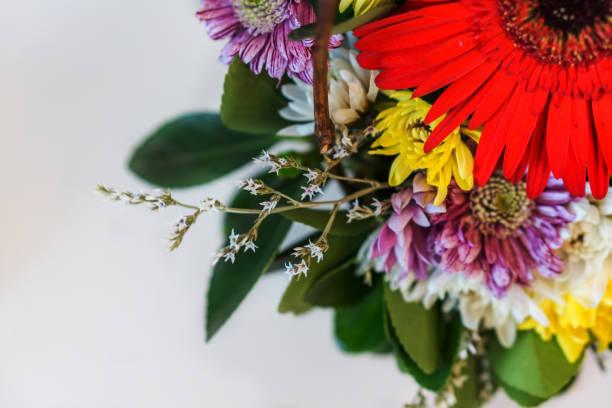 Um close-up de flores frescas, um buquê de crisântemos e gérberas em backgraund mesa branca. Profundidade de foco. - foto de acervo