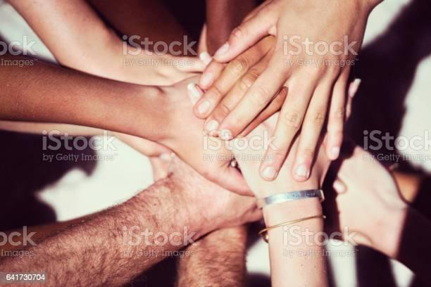 Nahaufnahme Von Freunden Stapeln Hände Stockfoto und mehr Bilder von Unterstützung