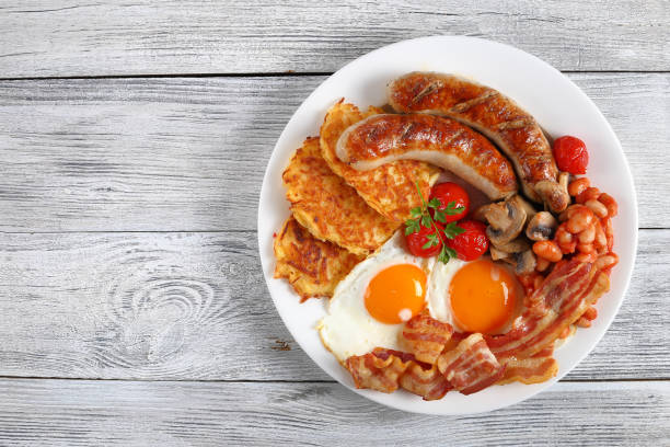 nahaufnahme des englisches frühstück auf platte - gefüllte eier stock-fotos und bilder