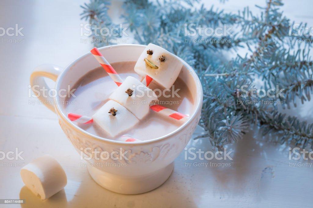 Closeup de engraçado boneco de neve para o Natal em chocolate quente - foto de acervo