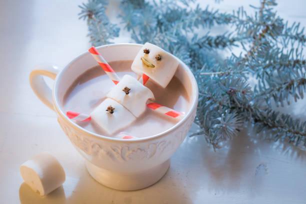 nahaufnahme der lustige schneemann weihnachten in heiße schokolade - gesichtertassen stock-fotos und bilder