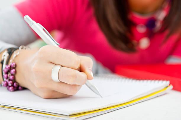 primo piano della ragazza mano scrivere - esame maturità foto e immagini stock