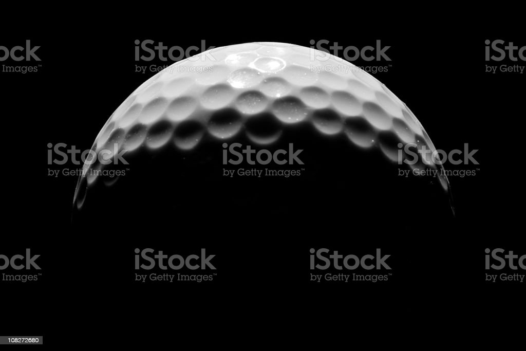 Close-up of Golf Ball sobre fondo negro, bajo llave - foto de stock